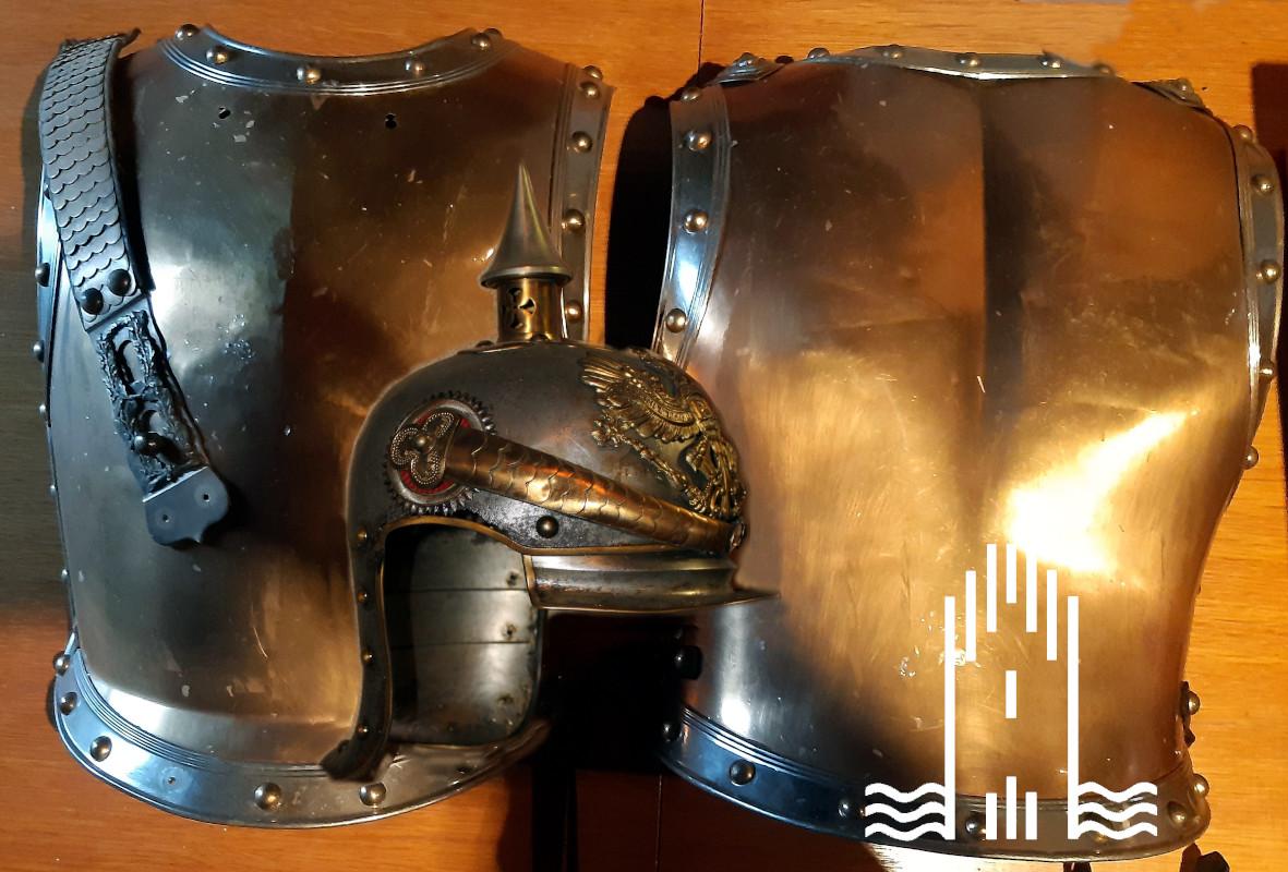 Rüstung Brust- und Rückenteil mit Helm